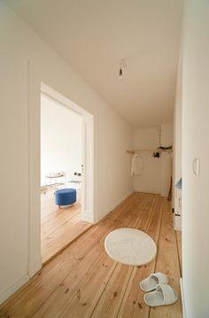 gro er heller flur mit cremefarbenem fliesenboden und einer hohen decke sowie wei gestrichenen. Black Bedroom Furniture Sets. Home Design Ideas