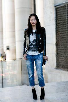 Casual Otra versón del clásico look: 'jeans & t-shirt'. Esta vez en su versión más capri y con algunos rotos, y en cuanto a la camiseta, una con estampado de calavera; una imagen que no hemos parado de ver este año en muchas prendas.