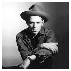 Paul Simonon Of The Clash Wearing What Looks Like A Lee Rider Jacket. Photo By Lynn Goldsmith 1981.👖    #denim #selvagedenim #selvadgedenim #rawselvagedenim #rawselvagejeans #selvage #selvedge #indigo #drydenim #rawdenim #whiteoak #madeinla #madeinusa #smallbatchdenim #madeinlosangeles #skinnyselvage #slimselvage #denimhead #denimjunkies #denimfreaks #menswear #mensfashion #mensdenim #style #mod #paulsimonon #theclash #punk #punkrock #jeanjcket #lynngoldsmith Lynn Goldsmith, The Future Is Unwritten, Paul Simonon, Joe Strummer, Riders Jacket, Charming Man, The Clash, Raw Denim, Punk Rock