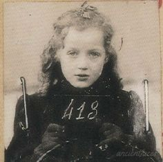 Anny-Yolande Horowitz, born on June 1933 in Strasbourg. Her mother Frieda, and her sister Paulette, age were deported on Sept. 1942 to Auschwitz-Birkenau. How can this not break your heart? Hiroshima, Nagasaki, Old Pictures, Old Photos, Vintage Photos, World History, World War Ii, Les Aliens, Jewish Girl
