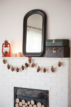 DIY gold leaf pine cone garland from The Sweetest Occasion | Photo by Alice G Patterson Navidad Simple, Navidad Diy, Simple Christmas, Christmas Crafts, Christmas Garlands, Winter Christmas, Pinecone Garland, Pinecone Decor, Tassel Garland