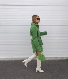 Button-up green shirt dress, beaded purse, and knee-high white boots Autumn Winter Fashion, Spring Fashion, Autumn Nature, Outfit Invierno, Look Street Style, Colourful Outfits, Fashion Outfits, Womens Fashion, Ck Fashion