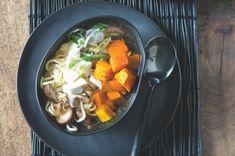 Tento ramen jsme připravili jako vegetariánský, ale Japonci si ho s oblibou dávají s masovým vývarem místo čistě zeleninového. Pokud nejste vegetariáni, ale chutnají vám lehké polévky, zkuste to taky. Thai Red Curry, Ramen, Favorite Recipes, Ethnic Recipes, Food, Essen, Meals, Yemek, Eten