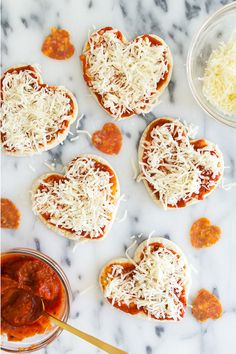 Homemade mini heart pizzas are so easy to make! Perfect for valentines, pizza lo… Homemade mini heart pizzas are so easy to make! Perfect for valentines, pizza lovers, or occasion! (Click through for recipe video) by Sarah Hearts Valentines Day Food, Valentine Desserts, Valentine Treats, Valentines Recipes, Diy Valentine, Valentine Dinner Ideas, Walmart Valentines, Valentines Day Pizza, Valentine Makeup
