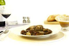 Cómo hacer codornices estofadas con níscalos. Receta paso a paso. Descubre más recetas de aves cocinadas en olla de cocción lenta.