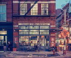 The Italian food center, NY - Franck Bobhot. De su serie Light On, tomada en Little Italy, Nueva York