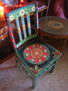 Painting It: Painted Chairs Painted furniture Hand Painted Chairs, Funky Painted Furniture, Paint Furniture, Furniture Projects, Furniture Makeover, Cool Furniture, Painted Tables, Furniture Stores, Furniture Design