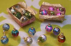 Kendra's Minis: TUTORIAL Shiny Brite Vintage Style Christmas Ornaments/to put on village trees Dollhouse Miniature Tutorials, Miniature Crafts, Miniature Christmas, Christmas Minis, Diy Dollhouse, Miniature Dolls, Dollhouse Miniatures, Vintage Christmas, Christmas Crafts