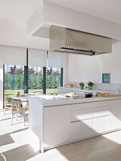 4 veces he visto estas lindas cocinas grandes modernas. Kitchen Island For Dining, Kitchen Island Hood Ideas, Kitchen Hood Design, Kitchen Vent, Kitchen Hoods, Modern Kitchen Design, Beautiful Kitchens, Cool Kitchens, Sweet Home
