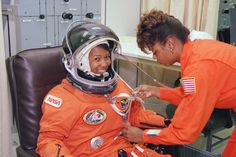 Looking Back: Astronaut Mae Jemison Suits Up For Launch Nasa Image of the Day: February 18 2016 African American Inventors, African American Women, African Americans, American History, Natural Hair Care, Natural Hair Styles, Katherine Johnson, Nasa Images, Nasa Missions