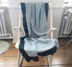 Har lavet dette tæppe (det er næsten færdig) og har undervejs vist det frem på min Instagram profil @IbenErica, og flere har spurgt efter en opskrift, så her er mit forsøg, det er til dato det mønster jeg synes har været sværest at beskrive, samtidig med det faktisk er lige til: Har også brugt mønsteret til karklude, ser HER.  Mit er lavet i hverdagsuld, på nål 4 (jeg hækler løst, gå hellere en halv eller en hel nål str. op, så ulden kan åbne sig, og ikke bliver for fast) 1. Lav luft...