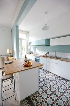 Ice/mint blue wall+White cupboards+Ciment tiles floor