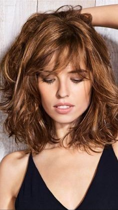 Frische mittlere Länge lockige Frisuren 2018 - Neue Haare Modelle, Frische mittlere Länge lockige Frisuren 2018 Pensez à l. Medium Hair Cuts, Medium Hair Styles, Curly Hair Styles, Curly Bangs, Cool Short Hairstyles, Bob Hairstyles, Layered Hairstyles, Bob Haircuts, Medium Length Curly Hairstyles