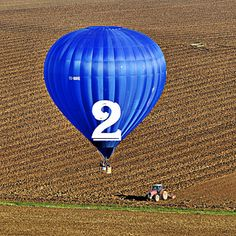 Mondial Air Ballons ® #advent #avent #adventballoon #ballondelavent #hotairballoon #montgolfiere #hotairballoons #montgolfieres #december #décembre #2nd #blueballoon #ballonbleu #field #champs #tractor #tracteur #mondialairballons