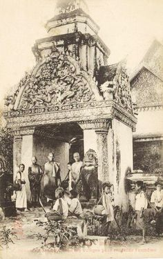 các nhà sư đi khất thực ở một ngôi làng Cambodian People, Cambodian Art, Old Pictures, Old Photos, Holiday In Cambodia, Thailand History, Khmer Empire, Siem Reap, Phnom Penh