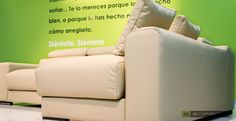 Tu casa va a rebosar estilo con este sofá. Los respaldos incorporan un suave mecanismo multiposición. Por otro lado, los asientos son extraíbles para ganar hasta 35 cm. de superficie de sentada. ¿Necesitas espacio de almacenamiento extra? Pide tu chaiselongue con arcón y disfruta de un espacio ideal para guardar cojines, mantas, revistas, juguetes... Elige la medida que mejor se adapte a tu salón, la tela o piel que más te guste y prepárate para disfrutar. info@soffing.com