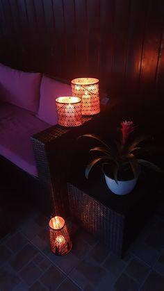 Felinar metalic cu model geometric stilizat, negru la exterior şi culoarea cuprului la interior. Ideal House, Table Lamp, Lighting, Metal, Interior, Home Decor, Geometry, Table Lamps, Decoration Home