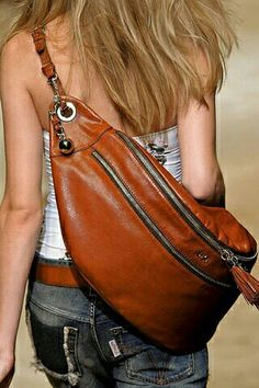 Bolso Riñonera de cuero D - looks like a giant bum bag.It's like a giant fanny pack, but I like it.Women Bags - Well a little oversized for a sling, but if you think of it like a sling-duffel .Varying style for a over the shoulder bag.leather bags S Taschen Von Louis Vuitton, Mochila Jeans, Kleidung Design, Sac Week End, Leather Accessories, Beautiful Bags, My Bags, Purses And Handbags, Fashion Bags