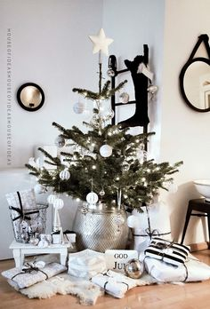 Christmas can also do without much color. Elegant Christmas decoration in black … - Christmas Ideas