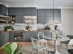 Salle à manger aux tons clairs avec du gris blanc et de la végétation / Scandinavian Home