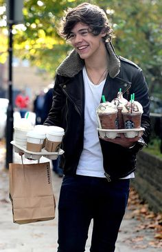 One Direction Harry Styles Starbucks Harry Styles Dimples, Fetus Harry Styles, Harry Styles Smile, One Direction Harry Styles, Harry Styles Baby, Harry Styles Imagines, Harry Styles Pictures, Harry Styles 2012, Zayn Malik