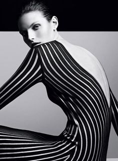 Thin vertical lines elongate the body and make it look slimmer.