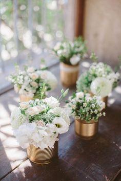 centre de table avec des boites de conserves dorées (il manque juste quelques fleurs rose poudrées)