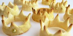 recipes breads Pastry Crowns filled with Cheesecake Mousse and Glazed Banana Bits Cute princess pie crust crowns- could put ice cream, pudding or yogurt inside them. Princess Pie, Princess And The Pea, Princess Party, Crown Cookies, Bolacha Cookies, Rodjendanske Torte, Mardi Gras Food, Cute Food, Creative Food