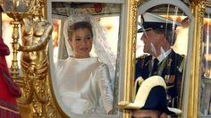Willem Alexander und Maxima fahren mit einer goldenen Kutsche nach ihrer Hochzeit am 02. Februar durch Amsterdam. © picture alliance / dpa Fotograf: Boris Roessler
