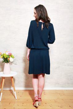 Knielanges Kleid in Navy Blau, lässiges aber dennoch elegantes Kleid / elegant but casual midi dress, coloured in navy blue made by Mirastern via DaWanda.com
