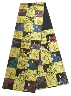 This is a gorgeous Fukuro obi with 'Sakura'(cherry blossom) on ichimatsu(checkerboard) pattern, which is woven with lots of gold foil threads