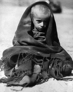 Ο μόνος επιζών - 1948-Βρέθηκε από ομάδα του Αμερικανικού Ερυθρού Σταυρού,έξω από τη Θεσσαλονίκη.Γύρω του έξι νεκροί.