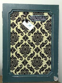 Tableau d'affichage babillard aimanté recouvert tissu damask noir crème porte d'armoire récupérée bureau cuisine photos organisation