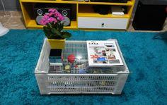 caixa de plastico de feira + vidro + rodinha (ou não) http://homensdacasa.net/mesa-de-centro-faca-voce-mesmo/