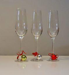 DIY decoratie glazen voor feesttafel Christmas Name Tags, Christmas Diy, Christmas Wreaths, Christmas Decorations, Xmas, Holiday, Jingle Bells, Party Time, Diy And Crafts