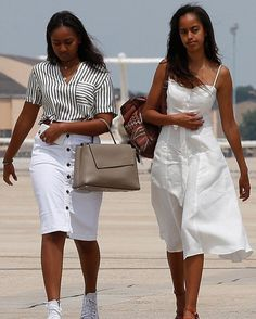 DURING HIS Of The United States Of The United State Of The United States Malia & Sasha Obama Saturday August 2016 President Obama and the First Family had arrived on Martha's Vineyard for their final presidential getaway on Martha's Vineyard. Barrack And Michelle, Michelle And Barack Obama, Barack Obama Family, Malia Obama, Obamas Family, Obama Daughter, First Daughter, Malia And Sasha, Michelle Obama Fashion