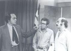 """Paulo Gracindo (à esq), Emiliano Queiroz (centro) e Lima Duarte em cena de """"O Bem Amado"""" (1973), novela de Dias Gomes e produzida pela Rede Globo. A foto é em preto-e-branco, mas essa foi a primeira novela produzida em cores na TV brasileira."""