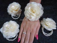 Corsage com flor de 8 cm, com pulseira dupla de pérolas.