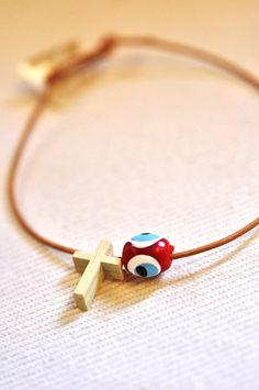 Φυσικό δέρμα, ξύλινος σταυρός και ματόχαντρο σε διάφορα χρώματα.