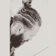 Depois dos coques samurai - que mostrei aqui - uma nova moda está subindoa cabeça dos caras estilosos que estão sempre atrás de um novo hair style:sãoas Tranças Masculinas. As…