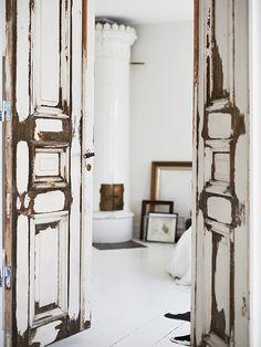 scandinavian-interior-10 Love the worn on simple white