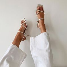 Light, neutral tones and simple shoes for a minimalist style 90s Fashion, Fashion Shoes, Fashion Outfits, Womens Fashion, Fashion Trends, Fashion Jewelry, Fashion Capsule, Boho Fashion, Style Fashion