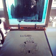 Commande en cours…. Les tote bag en sérigraphie pour la créatrice @evakoshka ! :) #evakoshka #chicamancha #serigraphie #silkscreen #paris #encres