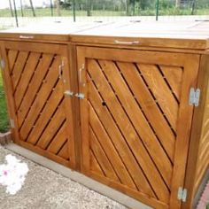 This Stylish Pallet Trash/Recycling Bin Shed - Cache Poubelle took me about 95 hours to make. I used around 100 deck boards to complete it. Pallet Trash/Recycling Bin Shed - Framing it out: First, cut six boards to length… Pallet Barn, Pallet Boxes, Pallet Shed, Pallet Patio, Outdoor Pallet, Outdoor Decor, Free Wood Pallets, 1001 Pallets, Recycled Pallets
