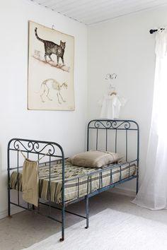 Vintage iron bed in kids room ☆ Cast Iron Beds, Trendy Kids, Kids Decor, Home Decor, Coastal Cottage, Kid Spaces, Kids Bedroom, Quirky Bedroom, Interiores Design