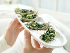 Luxus-Snack: Überbackene Austern à la Rockefeller mit würzigem Spinat. Die edlen Austern sind fettarm und liefern hochwertiges Protein.