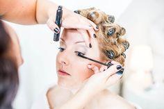 Bruid in de make-up voor bruiloft in Den Bosch, Bruidsfotografie, Bruidsfotograaf | Dario Endara