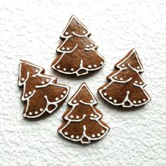 Perník - stromeček Stromeček k nakousnutí vyrobený z perníkového těsta, zdobený kornoutkovou technikou. Velikost stromečku je 7 x 6,5 cm. Cena za 1 stromeček. Posílám jako křehké zboží, aby cestou nedošlo k úhoně. Christmas Biscuits, Christmas Sugar Cookies, Christmas Gingerbread, Christmas Desserts, Christmas Treats, Christmas Baking, Gingerbread Cookies, Christmas Fun, Homemade Soft Pretzels