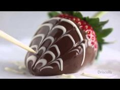 Make professional looking and deliciously tasting marble chocolate covered strawberries with fresh Driscoll's berries! See the full recipe here: http:& Strawberry Brownies, Strawberry Buttercream, Strawberry Dip, Strawberry Cupcakes, Strawberry Recipes, Strawberry Shortcake, Marble Chocolate, Melting Chocolate, Hot Chocolate