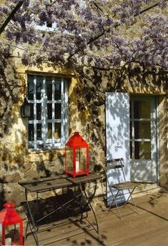 Wisteria awning, red lantern Love a pop of red! Outdoor Seating, Outdoor Spaces, Outdoor Living, Vides, Red Lantern, Exterior, Tuscan Style, Garden Pool, Facade House